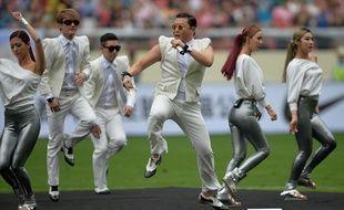 Le rappeur sud-coréen Psy interprète son tube «Gangnam Style» à la mi-temps d'un match de football à Shanghai, le 23 juin 2013.