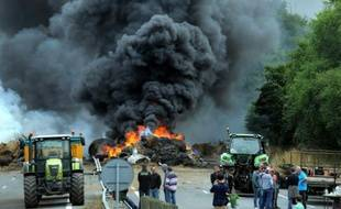 Des éleveurs brûlent des pneus et bloquent l'autoroute entre Morlaix et Brest, le 22 juillet 2015