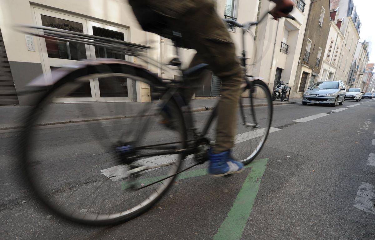 Illustration d'un cycliste sur une piste cyclage en contre sens dans les rues de Nantes, le 14 mars 2012. – Fabrice Elsner/20 Minutes
