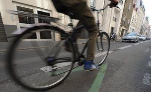 Illustration d'un cycliste sur une piste cyclage en contre sens dans les rues de Nantes, le 14 mars 2012.