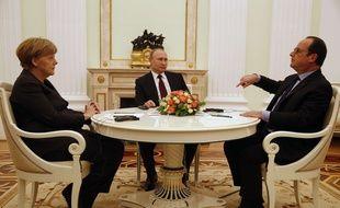 Angela Merkel, Vladimir Poutine et François Hollande, lors des négociations sur l'Ukraine, à Moscou, le 6 février 2015 / AP Photo / Maxim Zmeyev