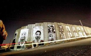 Réalisés en 2007, certains collages sont encore visibles aujourd'hui sur le mur.
