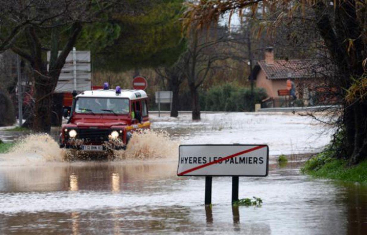 Un véhicule de secours dans les rues inondées à Hyères après de fortes pluies dans le Var le 19 janvier 2014. – AFP PHOTO / ANNE-CHRISTINE POUJOULAT