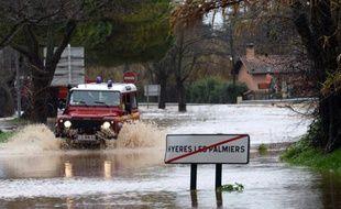 Un véhicule de secours dans les rues inondées à Hyères après de fortes pluies dans le Var le 19 janvier 2014.