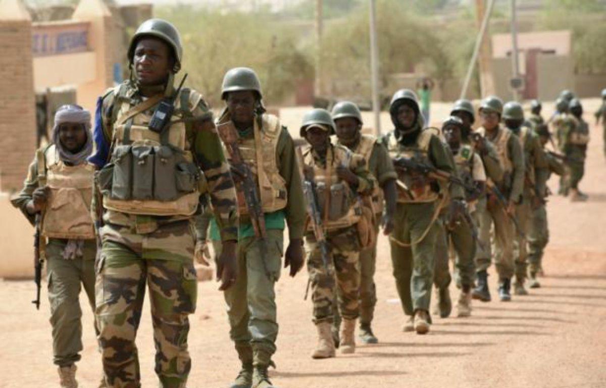 Des soldats maliens accompagnés de militaires français patrouillent le 3 juin 2015 dans la région de Tombouctou – Philippe Desmazes AFP