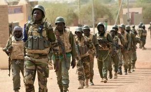 Des soldats maliens accompagnés de militaires français patrouillent le 3 juin 2015 dans la région de Tombouctou