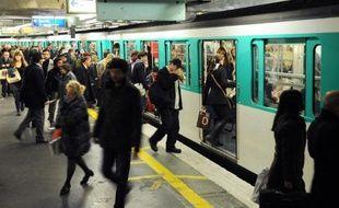 Des usagers dans le métro le 28 octobre 2010 à Paris