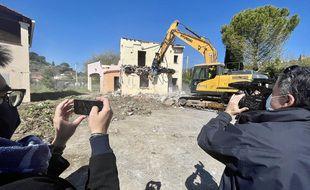 Les premières démolitions au hameau de la Brague ont eu lieu le mercredi 24 mars 2021, sous l'œil des caméras