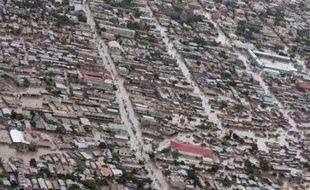 Haïti attendait vendredi une aide internationale d'urgence pour secourir les dizaines de milliers de victimes des tempêtes Gustav et Hanna, qui ont fait près de 200 morts, alors que l'ouragan Ike pourrait encore déverser des trombes d'eau sur l'île d'ici quelques jours.
