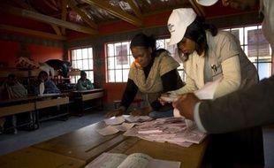 Près d'un million d'électeurs ont voté samedi dans le petit royaume africain du Lesotho pour élire un nouveau parlement, lors d'un scrutin serré qui pourrait déboucher sur la première coalition gouvernementale de l'histoire du pays.
