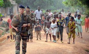 Des soldats de l'opération Sangaris patrouillent dans les rues de Bangui en mai 2015.