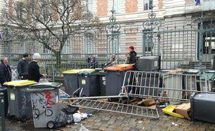 Des poubelles et des barrières ont été disposées devant plusieurs lycées à Rennes, comme ici au lycée Zola.