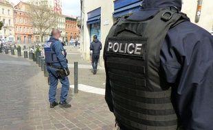 Des policiers lors d'un contrôle des mesures de confinement à Toulouse.
