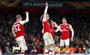 Pepe, félicité par Guendouzi et ses coéquipiers d'Arsenal après un but face à Guimaraes en Ligue Europa, le 24 octobre 2019.