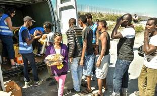 De l'aide distribuée par l'association L'Auberge des migrants le 8 août 2015 à Calais
