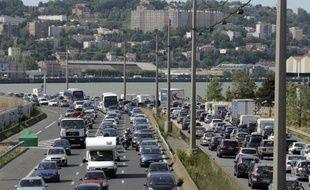 Des automobilistes sont pris dans un embouteillage, le 2 août 2013 près de Lyon