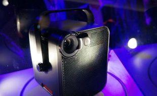 Disponible en février 2014, Le Bloc est un pico-projecteur qui permettra de visionner directement des vidéos depuis le Cloud d'Orange.