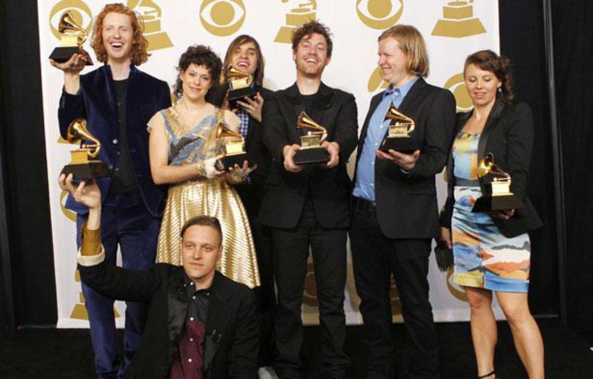 Le groupe Arcade Fire pose avec leurs récompenses, lors des 53e Grammy Awards à Los Angeles, le  13 février 2011. – REUTERS/Mario Anzuoni