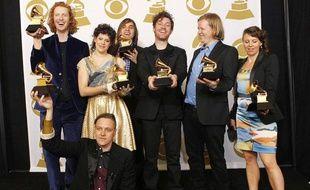 Le groupe Arcade Fire pose avec leurs récompenses, lors des 53e Grammy Awards à Los Angeles, le  13 février 2011.