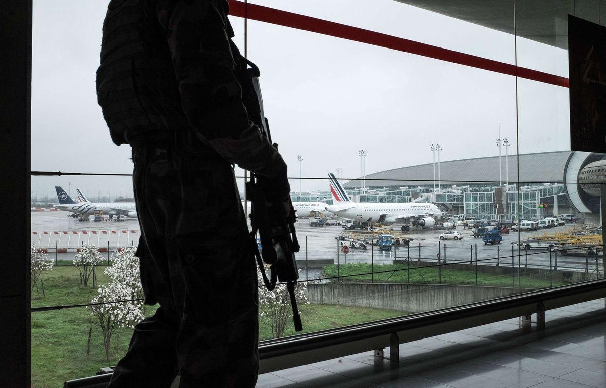 Des militaires de l'opération Sentinelle patrouillent à Roissy-Charles-de-Gaulle, le 18 mars 2017. – SIPA