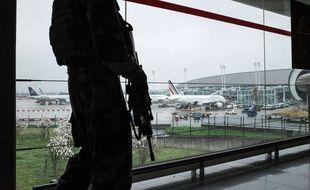 Des militaires de l'opération Sentinelle patrouillent à Roissy Charles de Gaulle, le 18 mars 2017.