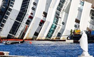 Début de l'opération de redressement du Costa Concordia, le 16 septembre 2013 en Italie.