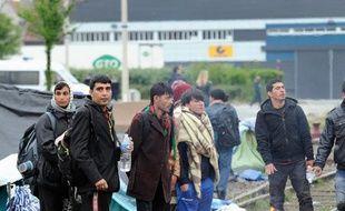 Des immigrants expulsés de leur campement à Calais par la police, le 28 mai 2014