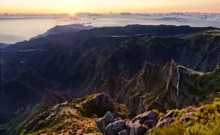 Lever du soleil sur les reliefs volcaniques de Madère, depuis le sommet du Pico do Areeiro.