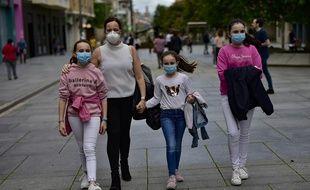 Une famille équipée de masques dans une rue de Pampelune, en Espagne, le 27 avril 2020.