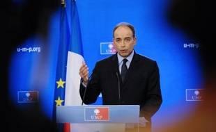 """Jean-François Copé, pas encore officiellement candidat à la présidence de l'UMP, se prépare activement à cette bataille et essaie de polir son image d'homme jugé parfois trop cassant en assurant ne pas être """"quelqu'un d'agressif"""" dans un entretien à L'Express daté de mercredi."""