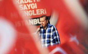 Le Premier ministre Recep Tayyip Erdogan a justifié dimanche devant plus de 100.000 partisans l'évacuation du dernier bastion des manifestants qui réclament sa démission depuis plus de deux semaines, sur fond d'affrontements sporadiques à Istanbul.