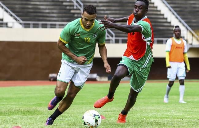 Tino Kadewere, ici au duel avec son ami Matthew Rusike, lors d'un entraînement à Harare en janvier 2017, avant la Coupe d'Afrique des nations au Gabon dans laquelle le néo-Lyonnais n'est pas entré en jeu.