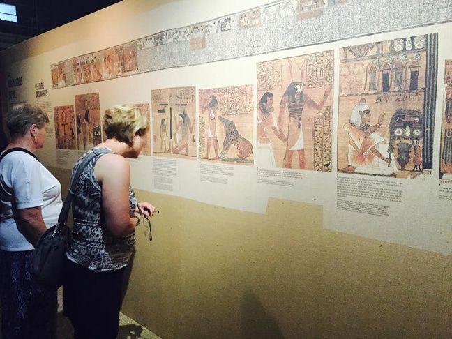 Des visiteurs apprécient l'exposition.