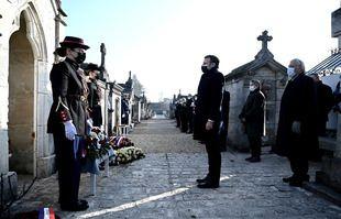Le président français Emmanuel Macron se tient devant la tombe de l'ancien président François Mitterrand lors d'une cérémonie d'hommage marquant le 25e anniversaire de sa mort, le 8 janvier 2021 au cimetière de Jarnac.