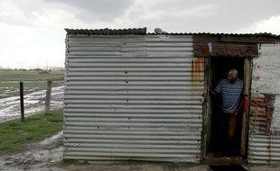Pays le plus riche du continent africain, l'Afrique du Sud compte plus d'un quart d'habitants trop pauvres pour manger à leur faim (26,3%) et plus de la moitié vivant sous le seuil de pauvreté (52,3%) dix-huit ans après la fin de l'apartheid et l'instauration de la démocratie.