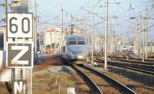 Un train entre en gare de Nantes.