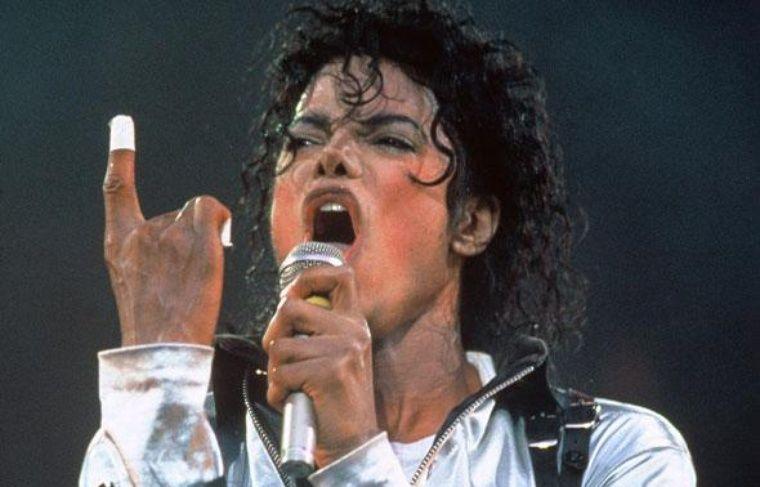 L'artiste du millénaire  Si son évocation auprès des moins de 20 ans ne provoque aucun émoi, il ne faut pas oublier que Michael Jackson est avant tout un véritable génie de la musique. Sacré Artiste du Millénaire en 2000, il est l'homme ayant vendu le plus de disques au monde en seulement cinq albums solo.