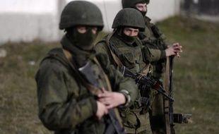 Hommes armés, probablement des soldats russes, à l'extérieur d'une base militaire ukrainienne à Perevalnoïe en Crimée, le 16 mars 2014