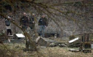 Les enquêteurs dans le cimetière juif de  Sarre-Union (Bas-Rhin), où des tombes ont été profanées