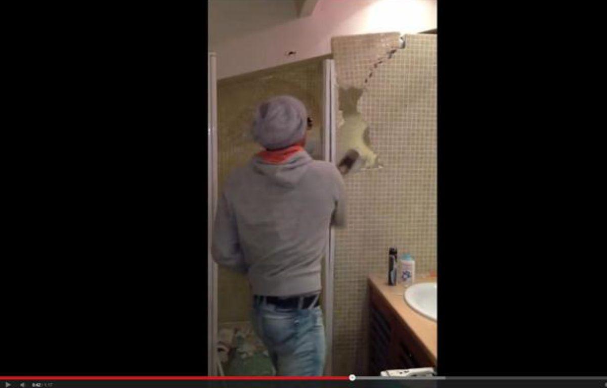 Capture écran de la vidéo d'un jeune détruisant son appartement car il n'a pas récupéré sa caution. – 20minutes.fr