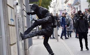 Des casseurs lors de la manifestation contre la loi Travail jeudi 17 avril à Nantes  / AFP/ L.Venance