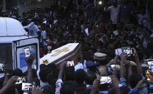 Des Indiens rendent un dernier hommage à deux hommes décédés à la suite de leur interpellation par les forces de l'ordre, à Sathankulam, le 26 juin 2020.