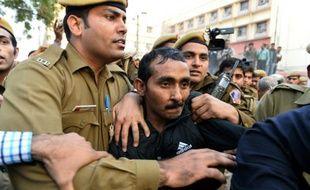 La police escorte, le 8 décembre 2015 à New Delhi, un chauffeur de la compagnie Uber accusé d'avoir violé une jeune femme qu'il transportait