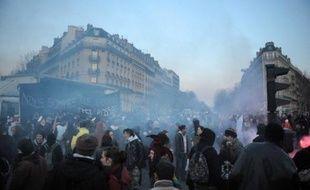 Huit policiers ont été blessés samedi, dont deux ont dû être hospitalisés, et quinze personnes ont été interpellées lors de la manifestation à Paris contre les lois antiterroristes et en soutien aux mis en examen dans l'enquête sur les dégradations de lignes TGV, a indiqué la préfecture de police (PP).