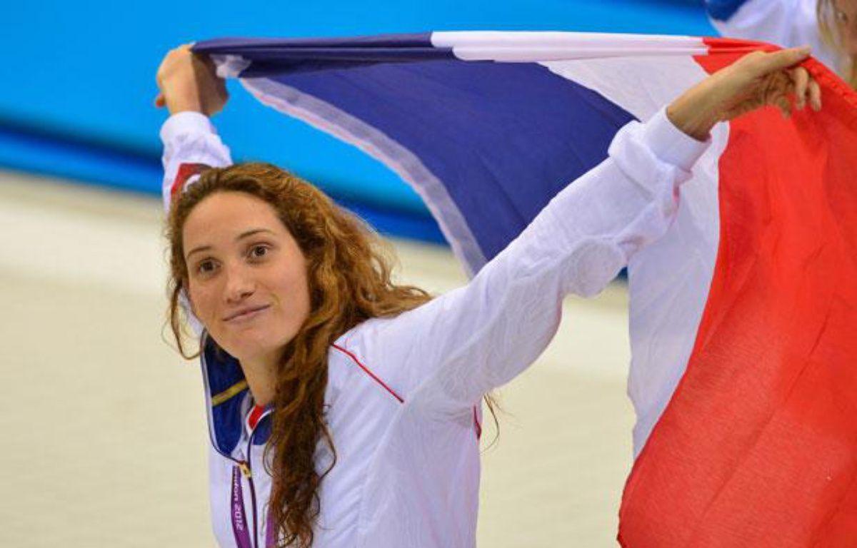 La Française Camille Muffat fête son titre olympique sur 400m, le 29 juillet 2012, àLondres. –  GABRIEL BOUYS / AFP