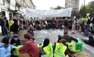 Des militants du mouvement écologistes Extinction Rebellion ont bloqué la célèbre rue de Rivoli à Paris, le 10 octobre 2019.