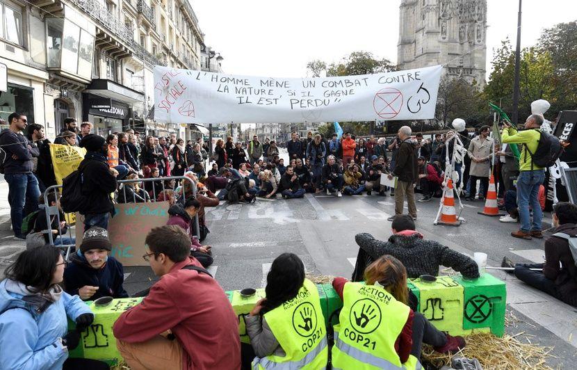 Extinction Rebellion : Des militants bloquent la rue de Rivoli à Paris