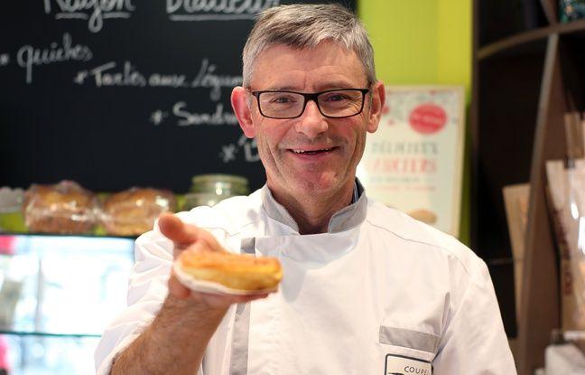 Le boulanger rennais Jean-Luc Coupel avec un far breton dans la main.