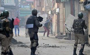 Des policiers indiens face à des manifestants dans le Cachemire le 212 novembre 2014