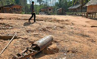 A Bab Labengnam au Laos, une carcasse rouillée de bombe exposée tel un trophée.